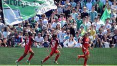 Una imagen del derbi femenino entre el Betis y el Sevilla. (EFE)