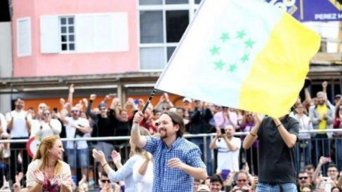 Iglesias, en Las Palmas, con la bandera separatista de las islas