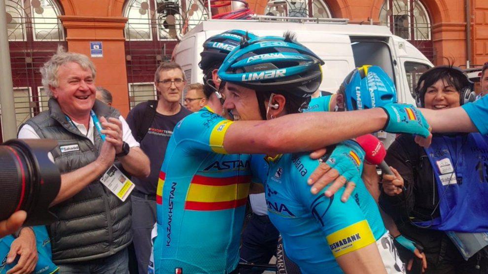 Ion Izagirre se abraza a su hermano Gorka.