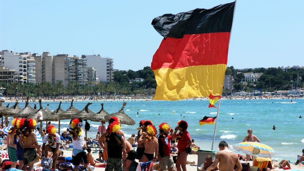 Turistas alemanes en la playa del Arenal, Mallorca. (Foto: iStock)
