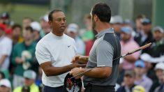 Woods y Rahm se saludan al término de la segunda jornada del Masters de Augusta. (AFP)