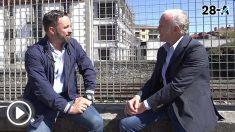 El líder de Vox, Santiago Abascal, en un momento de la entrevista con el director de OKDIARIO, Eduardo Inda.