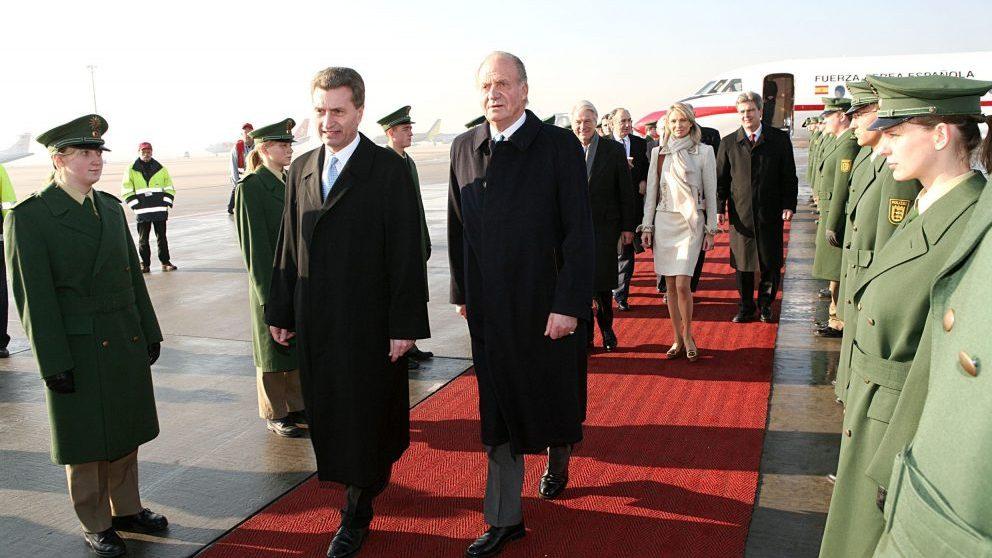 El rey Juan Carlos I acompañado de Corinna zu Sayn-Wittgenstein durante un viaje oficial a Stuttgart (Alemania) en 2006 (Foto: Getty).
