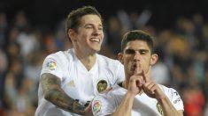Guedes y Mina celebran uno de los goles del Valencia ante el Levante (AFP).