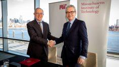 El presidente de Inditex Pablo Isla estrecha la mano al presidente del MIT, Rafael Reif
