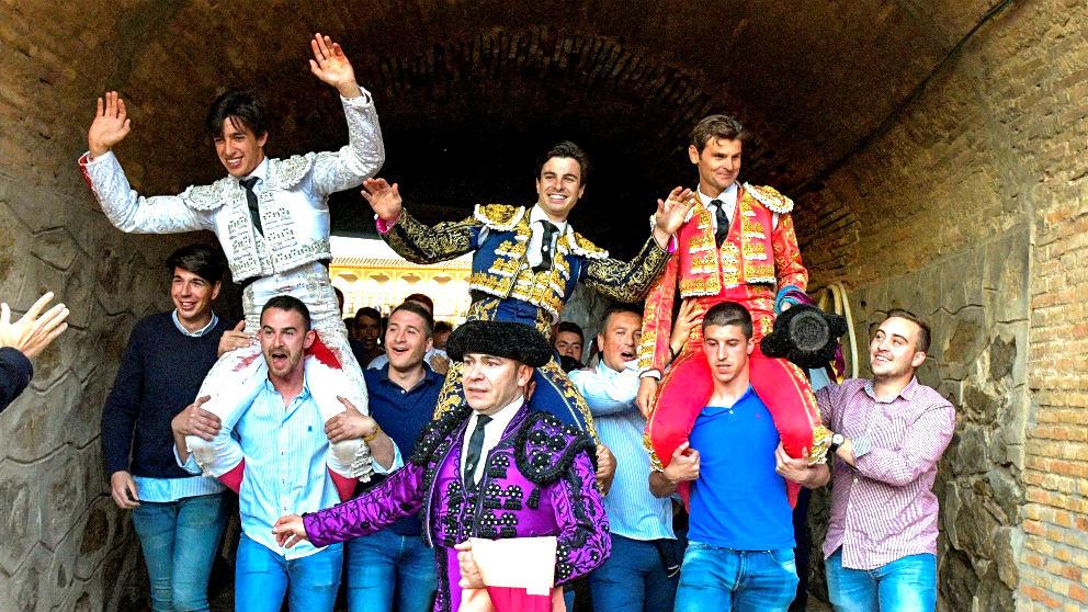Los tres toreros saliendo a hombros de la plaza de Toledo (Foto: EFE).