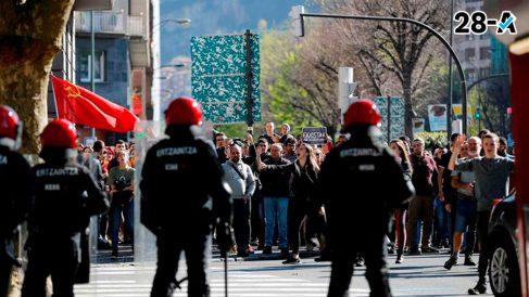 La Ertzaintza cargó este sábado contra un centenar de personas concentradas contra Vox ante el Palacio Euskalduna de Bilbao, donde a las 18.00 participaba en un acto electoral su líder Santiago Abascal. Foto: EFE