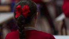 Una niña vestida con uniforme en un colegio concertado con educación diferenciada por sexos. Foto: Europa Press