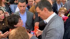 Sánchez entre 'fans' en Leganés que querían entregarle un ramo de rosas. Foto: Joan Guirado
