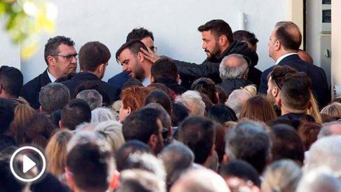 El padre de Julen, el pequeño que murió al caer en un pozo en Totalán, arropado por cientos de personas en el entierro del pequeño. Foto: EFE