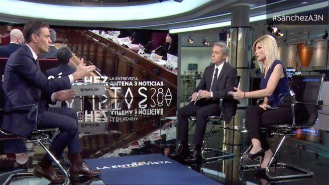 Sánchez, con Vicente Vallés y Sandra Golpe, en Antena 3. Foto: Joan Guirado