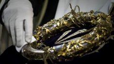 La Santa Corona, que según la tradición es la corona de espinas que le pusieron a Jesucristo durante La Pasión, que se guarda en la catedral de Notre Dame. Foto: AFP