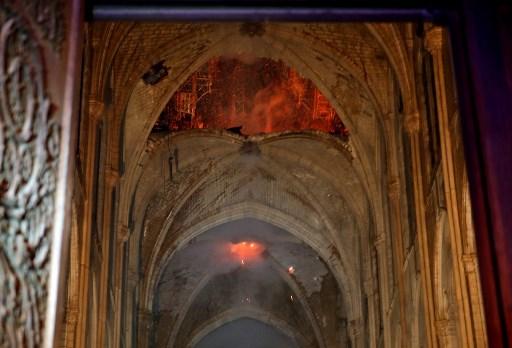 Imagen interior de Notre Dame en la que se aprecia como el fuego ha devorado gran parte del techo. Foto: AFP