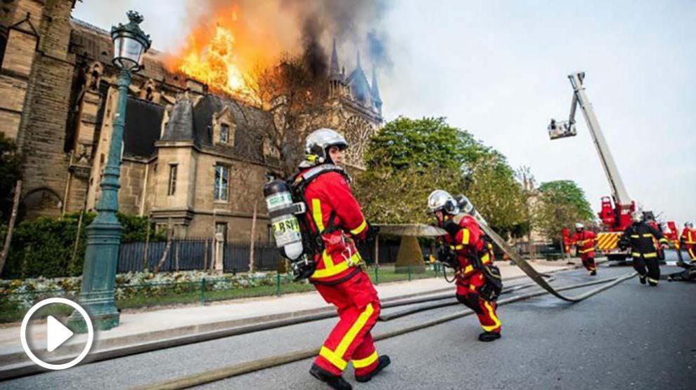 Bomberos en las tareas de extinción del incendio de Notre Dame. Foto: B.Moser