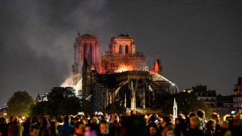 La catedral Notre Dame de París en llamas frente a decenas de franceses que se acercaron a la zona para ver la terrible imagen. Foto: AFP