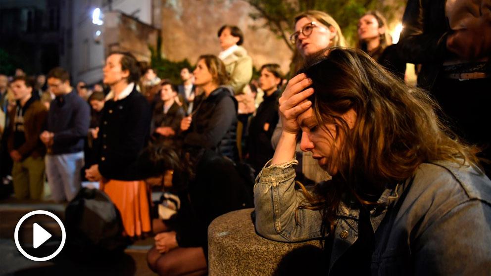 Decenas de franceses se concentran frente a las llamas que consumen Notre Dame para rezar y cantar. Foto: AFP