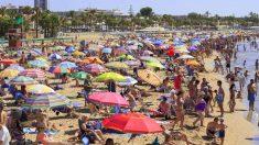 Turistas en una playa de Cambrils.