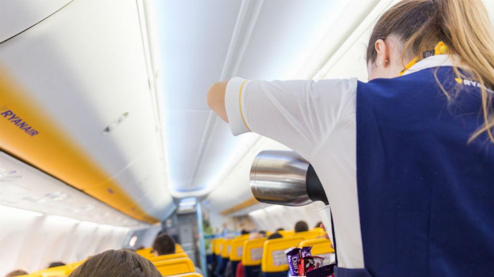 Trabajadores de Ryanair durante un vuelo (Foto: iStock)
