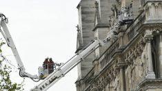 Los bomberos durante las tareas de extinción del incendio en la catedral de Notre Dame