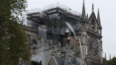 Los bomberos han controlado el fuego en Notre Dame. Foto: AFP