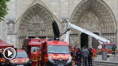 Coches de bomberos frente a Notre Dame.