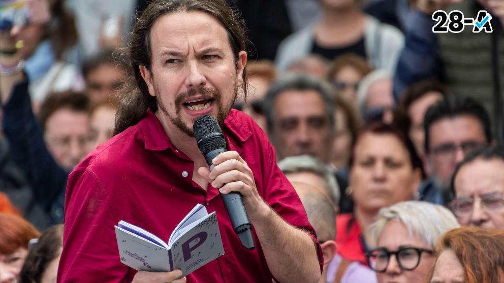 Pablo Iglesias, en un acto electoral con el programa de Podemos en la mano