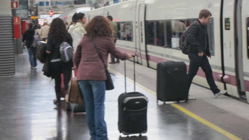 Varios usuarios cogiendo un AVE. Foto: Europa Press
