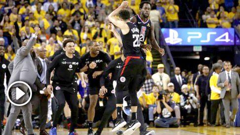 Los Angeles Clippers celebran la histórica remontada ante los Warriors. (AFP)