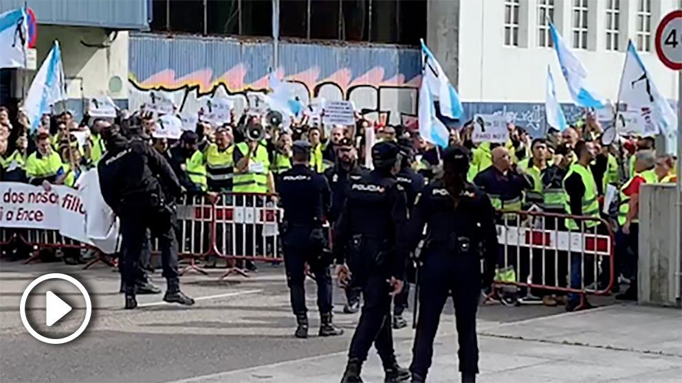 Los manifestantes a las puertas del Auditorio Mar de Vigo. Foto: Joan Guirado