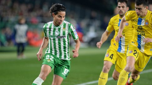 Diego Lainez contra el Espanyol (AFP)