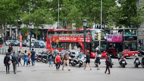 Turistas paseando por la Plaza de Cataluña, Barcelona (Foto: iStock)