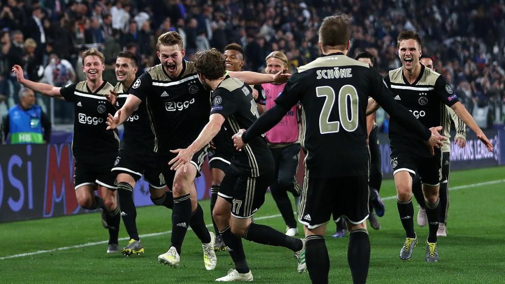 Los jugadores del Ajax celebran su pase a semifinales en el Juventus Stadium. (Getty)