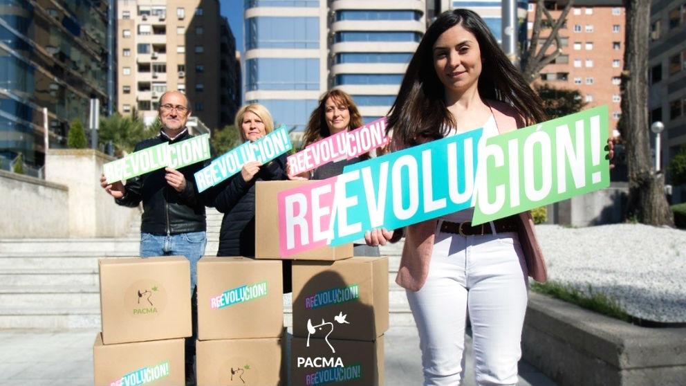 La candidata de PACMA a la Moncloa, Laura Duarte, junto a otros dirigentes de su formación (Foto: Europa Press)