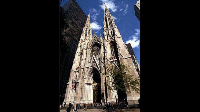 Detienen a un hombre en la catedral de Nueva York que entró en ella con dos bidones de gasolina