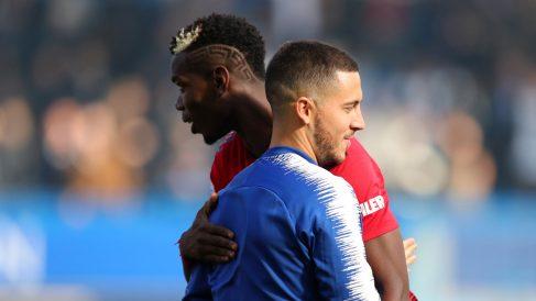 Pogba y Hazard se saludan en un partido (Getty).