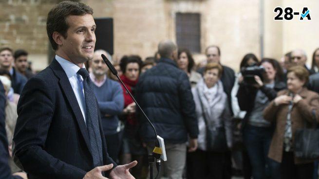 Casado se compromete a no suprimir el diésel y acusa a Sánchez de actuar con demagogia