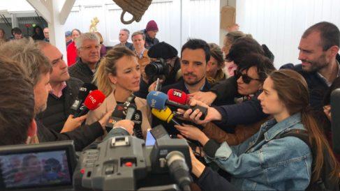 Cayetana Álvarez de Toledo, atendiendo a los medios en Castelldefels. (Foto: @PPCatalunya)