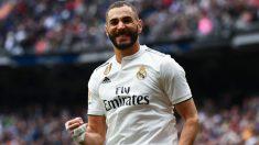 Karim Benzema celebra uno de sus goles ante el Athletic. (AFP)
