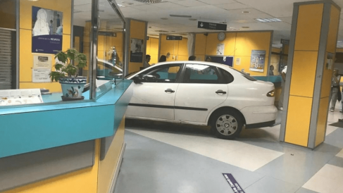 El coche en la recepción de Urgencias. Foto. Redes sociales.