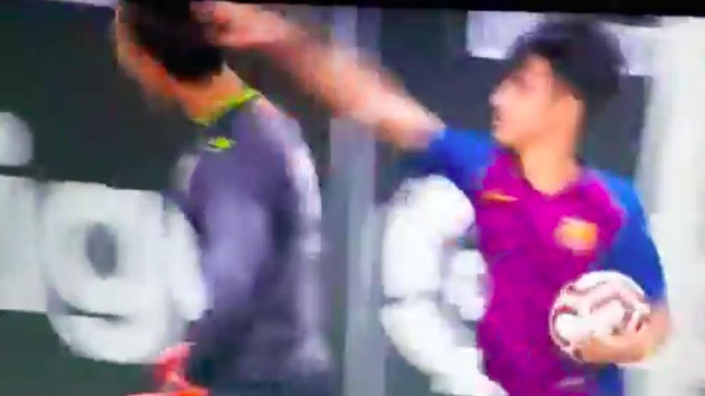 El jugador del Barcelona le da una colleja al portero del cadete del Espanyol.