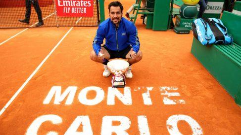 Fabio Fognini posa con el trofeo de campeón en Montecarlo. (Getty)