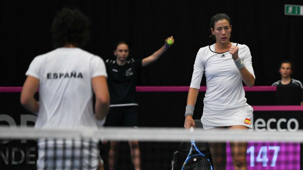 Garbiñe Muguruza y Carla Suárez celebran un punto durante el dobles. (Twitter)