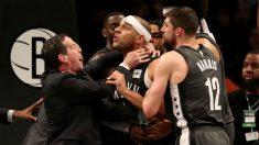 Dudley, de los Nets, sujetado por el cuello en su pelea contra los Sixers. (Getty)