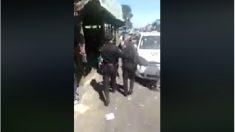 Un policía detiene a otro policía de servicio en Facebook