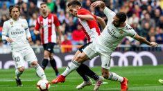 Carvajal disputa un balón con Córdoba en el Real Madrid-Athletic. (EFE)