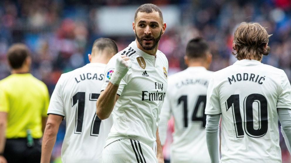 Karim Benzema celebra uno de sus goles en el Real Madrid – Athletic. (EFE)
