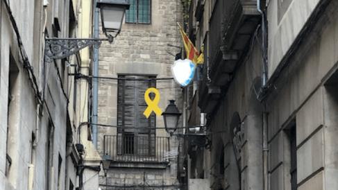 Una de las calles de Barcelona con símbolos separatistas. Foto. OKDIARIO.