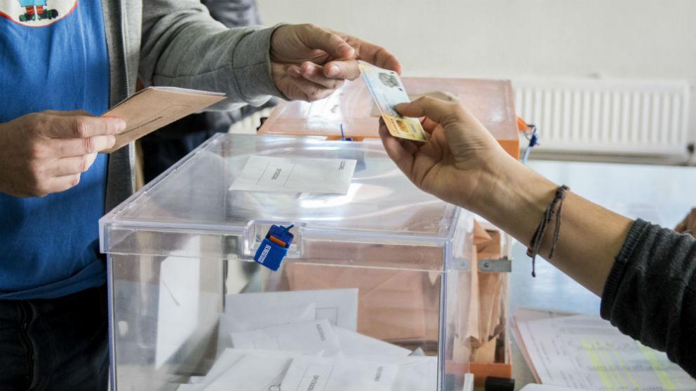 Ciudadano muestra su D.N.I. para votar en las pasadas Elecciones Generales de 2015 (Foto: iStock)