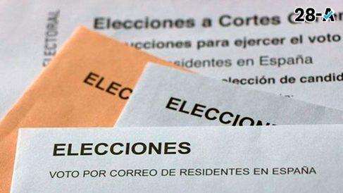 Sobres con papeletas electorales del voto por correo para las elecciones generales 2019 del domingo 28 de abril.