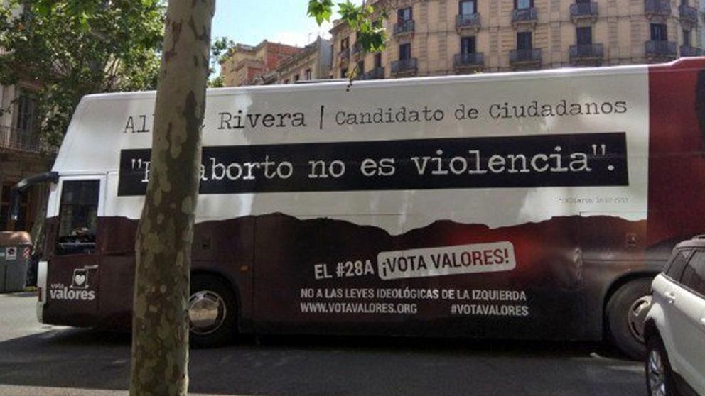 El autobús fletado por Hazte Oír denunciando la ideología de género y el aborto libre.